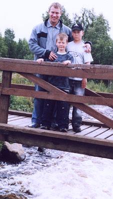 2005 Janne näyttämässä pojilleen vanhoja lapsuuden 'seikkailupaikkojaan', 25 kesäkuuta.