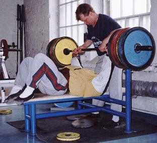 1994 Janne Wiik tseppaa minua treeneissä. Tähtäin jo vuoden 1994 SM kilpailu, sarjassa alle 90 kiloa.