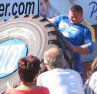 Renkaankääntö. 520 kg rengasta käännetään ympäri kuusi kertaa.