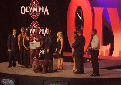 Ronnie Coleman vaipuu polvilleen voitettuaan juuri 8:nen Mr. Olympian