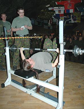 Kilpailulajini on sotilaspenkkipunnerrus