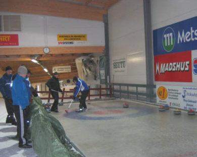Liikuntapäivillä oli myös curlingia